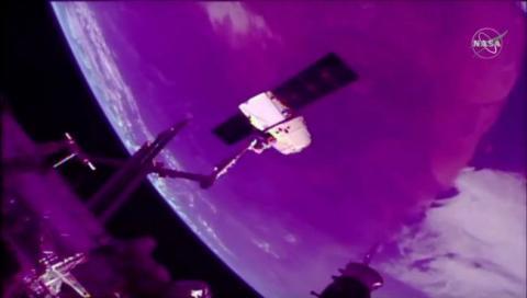 스페이스X가 재활용 드래곤캡슐을 통해 우주정거장에서 배송한 우주화물을 지구까지 배송하는데 성공했다. 향후 화물뿐만 아니라 민간인이 캡슐을 타고 여행할 수 있는 시대를 예고하고 있다. 사진은 어제 우주정거장에서 드래곤캡슐을 불리하는 장면. ⓒNASA