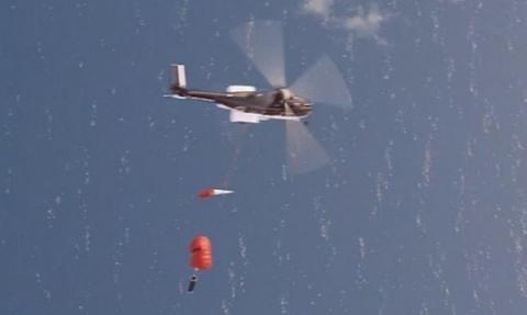 헬리콥터로 낙하하는 로켓을 회수하는 공중 회수 방식의 CG화면 ⓒ Rocket Lab
