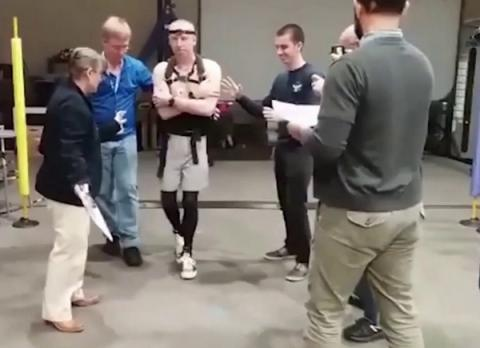 중력 환경에 적응하기 위해 걷는 연습을 하고 있는 우주비행사 파우스텔 ⓒ NASA