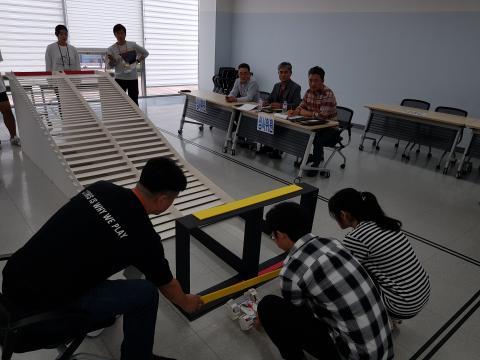 모형계단을 올라가는 미션을 수행하고 있는 경진대회 참가자들 ⓒ 김순강 / ScienceTimes