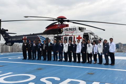 응급의료전용헬기(닥터헬기)의 정식 운항을 기념해, 6일 아주대병원 응급의료 전용헬리패드에서 출범식 후에 참석자들이 기념사진을 찍고 있다. ⓒ 아주대학교 병원 제공