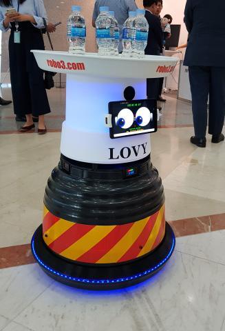 귀여운 표정의 실내 배달서비스 로봇, '로비' ⓒ 김청한 / Sciencetimes