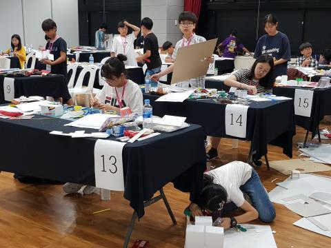 학생들이 바닥에 엎드려서 융합과학 문제 해결 산출물을 만들 정도로 열정적이다. ⓒ 김순강 / ScienceTimes