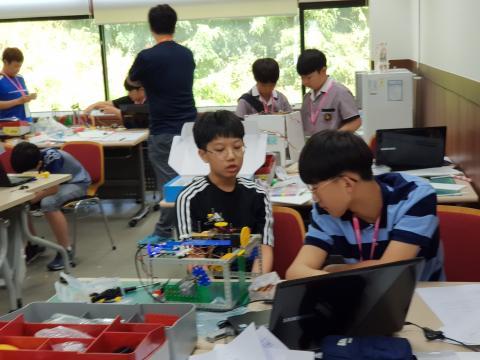 1인2조팀별로 진행되는 대회로 팀워크가 중요하다. 서로의 의견을 나누고 있는 학생들 ⓒ 김순강 / ScienceTimes