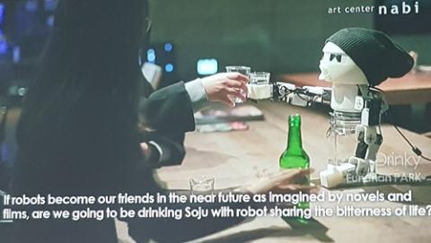 로봇이 인간의 외로움을 달래주는 것은 얼마나 가능성 있는 얘기일까. 혼술족(혼자 술을 먹는 사람)을 위해 같이 술자리를 가져주는 로봇의 모습은 그에 대한 한 대답이 될 수 있을까.  ⓒ 김청한 / Sciencetimes
