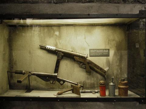 스텐(아래)와 그것을 폴란드 항독 빨치산들이 모방 생산한 브위스카비차 기관단총(위). 스텐은 자금력과 기술력이 떨어지는 무장 단체에 총기 생산의 교과서 역할을 했다. ⒸWikipedia