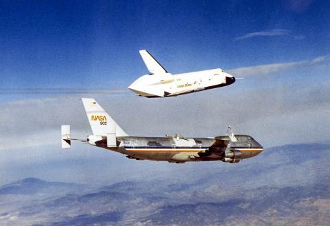 이번 연구에서는 우주왕복선이 촬영한 전 세계 강의 모습을 자료로 활용했다. 사진은 우주왕복선 엔터프라이즈의 착륙 연습비행 모습.  CREDIT: Wikimedia / NASA/Dryden Flight Research Center