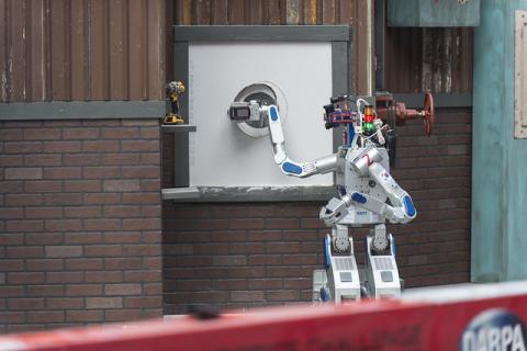2015년 DRC에서 대망의 우승을 차지한 로봇 KAIST 연구팀의 휴보(HUBO)였다. 사진은 휴보가 미션을 수행하는 모습 ⓒ Flickr / Office of Naval Research