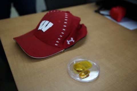 모자에 넣어 사용할 만큼 '나노 발전기'는 작다.