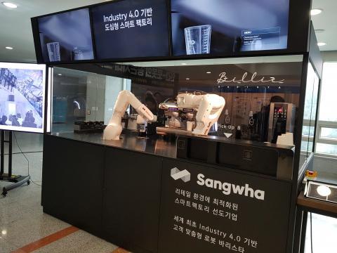 능숙한 동작으로 커피를 만드는 로봇 바리스타 '빌리'  ⓒ 김청한 / Sciencetimes