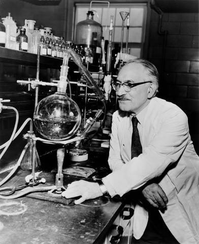 결핵균에 대한 최초의 항생물질인 스트렙토마이신을 발견한 공로를 인정받아 1952년 노벨 생리의학상을 수상한 셀먼 왁스먼. Ⓒ Public Domain