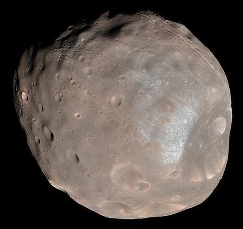 화성정찰위성(MRO)이 촬영한 포보스(지름 22.5km) © NASA