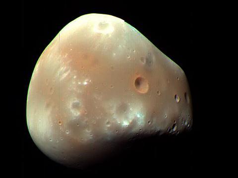 화성정찰위성이 촬영한 데이모스(지름 12.4km) © NASA