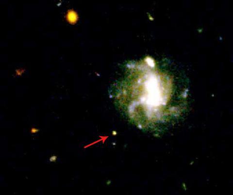 2016년, 약 20억 광년 떨어진 나선 은하의 외곽에서 발견된 GRB 160821B는 두 개의 중성자별 충돌에서 발생한 킬로노바로 확인됐다. © NASA/ESA/STSCI