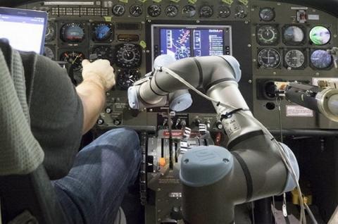 사람의 조종을 도와주는 로봇팔 형태의 '알리아스'