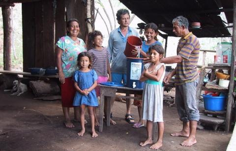 진흙으로 만든 정수기를 통해 깨끗한 물을 마시는 과테말라 주민들 ⓒ unicef