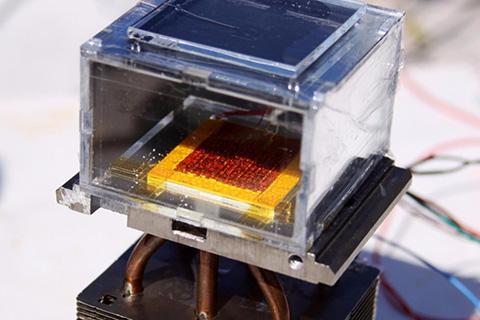 태양열 물 수확기의 첫 시제품. 가운데 빨간색이 지르코늄 MOF. © 김현호, MIT