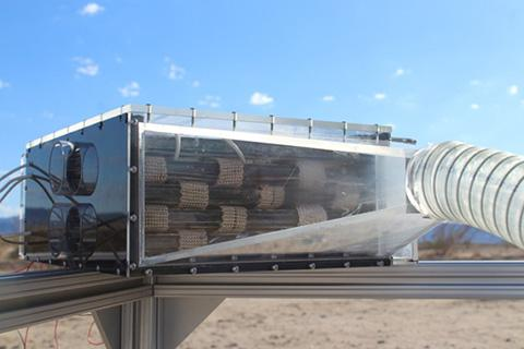 새로운 물 수확기는 상자 안의 MOF 카트리지에 공기를 불어 넣는 팬으로 구성되어 있다. 모여진 물은 응축기로 방출한다. © Mathieu Prévot, UC Berkeley
