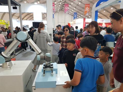 협동로봇이 물건을 들어올려 옮기는 작업을 진행하고 있다. ⓒ 김순강 / ScienceTimes