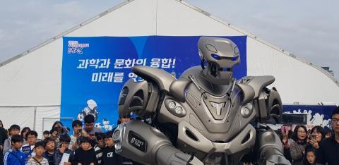 지난해에 이어 올해도 타이탄 로봇이 행사장에 등장해 눈길을 끌었다.