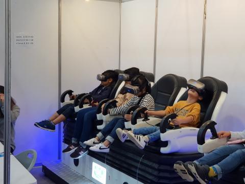 놀이동산에 온 듯 VR체험에 빠져있는 관람객들 ⓒ 김순강 / ScienceTimes