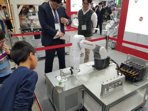 태극기를 그리는 로봇을 어린이가 신기한 듯 쳐다보고 있다. ⓒ 김순강 / ScienceTimes