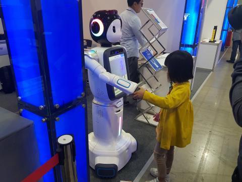 로봇과 악수를 나누고 있는 어린이.  협동로봇이 인간과 감성을 나눈다. ⓒ 김순강 / ScienceTimes