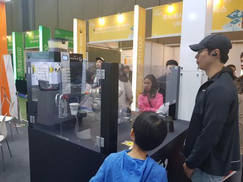로봇 바리스타가 커피를 내리고 있다. ⓒ 김순강 / ScienceTimes