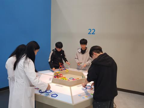 기초과학관에서 다양한 체험활동을 하고 있는 관람객 학생들 ⓒ 김순강 / ScienceTimes