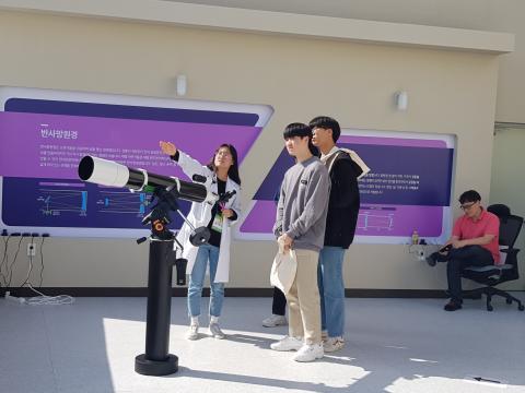 태양관측을 위해 설명을 듣고 있는 관람객 학생들 ⓒ 김순강 / ScienceTimes