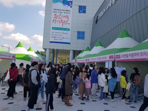 관람객들이 기초부터 첨단까지 다양한 과학실험에 참여하기 위해 줄을 길게 늘어섰다. ⓒ 김순강 / ScienceTimes