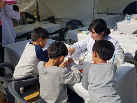 딸기에서 DNA를 추출하고 있는 학생들 ⓒ 김순강 / ScienceTimes