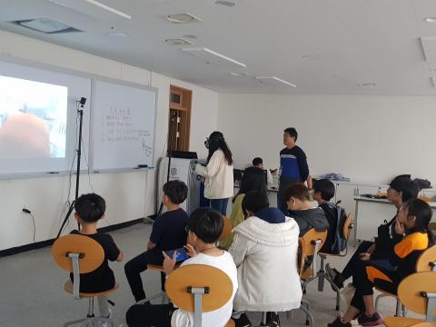 VR를 통해 고소공포증 체험을 하고 있는 학생. ⓒ 김순강 / ScienceTimes