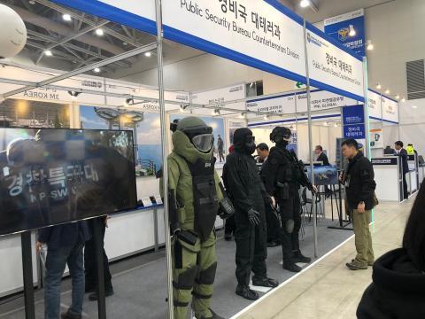 한 관람객이 21일 국제치안산업박람회장에서 테러진압용 장비를 장착한 마네킹을 유심히 살피고 있다. Ⓒ 김애영/ ScienceTimes