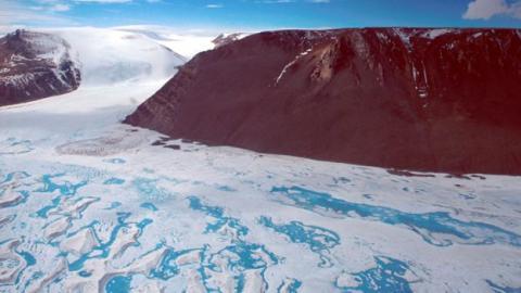 남극에서 세 번째로 큰 아메리 빙붕. 빙산이 떨어져나가면서 이전처럼 안정상태를 유지할 수 있을지 관심이 집중되고 있다. ⓒ Richard Coleman/UTAS