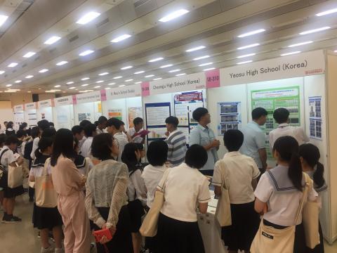 관람객에게 연구 과제에 대한 설명을 하고 있는 한국 대표단의 모습