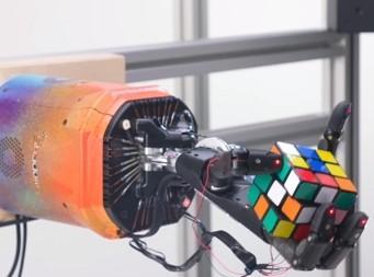 오픈AI가 개발한 로봇손이 큐브 퍼즐을 풀고 있다. ⓒ오픈AI, 유튜브 화면 캡처/ 연합뉴스