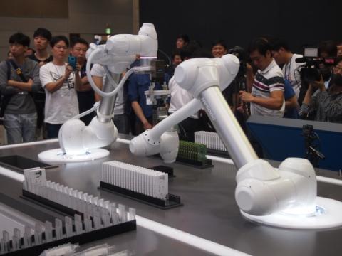 협동로봇을 이용한 공장 환경을 묘사한 사진.  ⓒ두산로보틱스