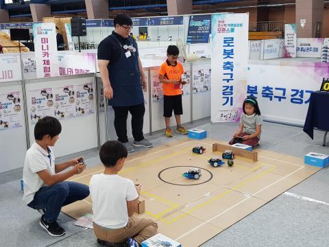 포스텍 무한상상실 오픈스쿨의 일환으로 진행된 로봇 축구 경기 ⓒ 김청한 / ScienceTimes