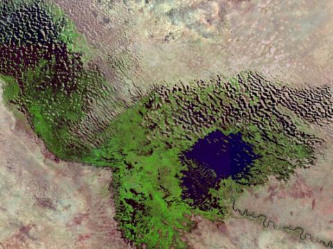 유엔생물다양성과학기구(IPBES)는 국제 공동연구를 통해 생태계 파괴로 향후 30년간 인류가 심각한 식량난과 물 부족난에 빠질 것이라는 전망을 내놓았다. 사진은 세계에서 거대한 호수였다가 지금 거의 다 사라진 아프리카 차드 호수. ⓒ earth-policy.org