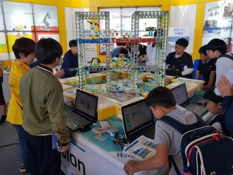 인기 블록 장난감으로 만든 로봇을 코딩으로 조작하는 STEAM 학습 ⓒ 김청한 / ScienceTimes