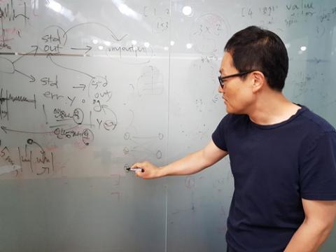 마치 강의를 하듯 행렬과 인공지능의 관계에 대해 설명하는 남 교수의 모습. 수학의 개념과 인공지능이 실제 어떻게 연관이 되는지를 구체적으로 소개하는 과정을 통해, 수학 공부에 대한 동기 부여를 할 수 있다는 것이 그의 지론이다. ⓒ 김청한 / ScienceTimes