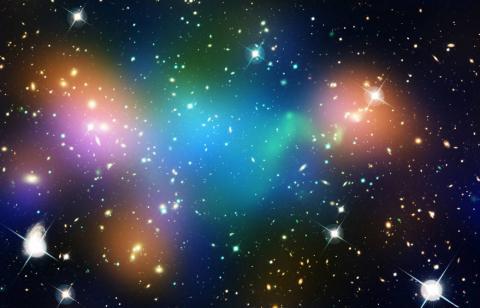 막스플랑크연구소의 과학자들이 바일 페르미온 준입자를 통해 암흑물질 후보인 '액시온'을 발견했다고 발표해 과학계로부터 큰 주목을 받고 있다. 사진은 거대 은하단 아벨 520의 모습. ⓒ NASA, ESA