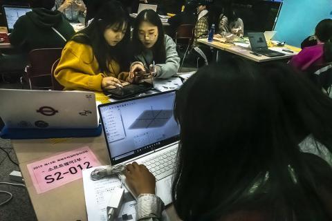대회 참가 학생들이 컴퓨터 설계를 통해 상상 속의 4D프레임을 구현하는 장면. 창의성 개발에 도움을 줄 수 있을 것으로 기대되고 있다. ⓒ 이강봉 / ScienceTimes