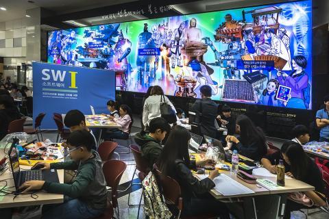 19일 국립과천과학관에서 열린 제 13회 '국제수리과학창의대회'에 참가한 학생들이 4D프레임으로 상상 속의 장치들을 만들고 있다. 이번 국제대회에는 9개국에서 1000여 명의 학생들이 참가했다. ⓒ 이강봉 / ScienceTimes