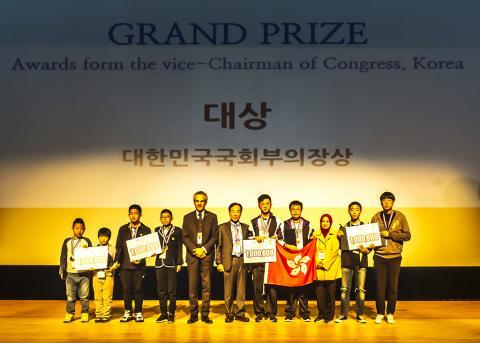 '국제수리과학창의대회'에서 대상을 받은 참가팀들이 포즈를 취하고 있다. 이번 대상에는 특히 홍콩 대표팀이 포함돼 큰 주목을 받았다. ⓒ 이강봉 / ScienceTimes