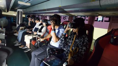 '찾아가는 VR 체험 버스'에 승차한 관람객들이 롤러코스터, 바이킹, 우주여행, 행글라이더, 레이싱 등 60종의 VR 체험을 하고 있다. Ⓒ 김애영/ ScienceTimes