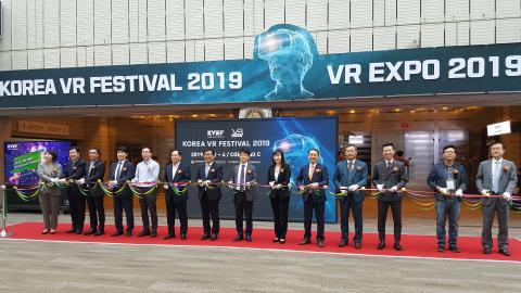 코리아 VR 페스티벌 2019 VR 엑스포 2019 참석자들이 개막식에서 테이프 커팅 행사를 진행하고 있다. Ⓒ 김애영/ ScienceTimes