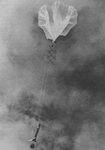 1955년 미 해군은 그린란드 연안에서 기구에 매단 사운딩 로켓을 시험 발사했다. © NASA