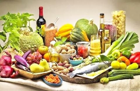 야채와 과일, 견과류, 생선, 포도주 등으로 구성된 지중해 식단 재료. 이번 연구에서는 지중해식단에 주로 쓰이는 식재료가 장내 유익한 미생물 번식을 촉진함으로써 장 건강에도 도움을 주는 것으로 확인됐다.  Credit: Guia Dietas 홍페이지